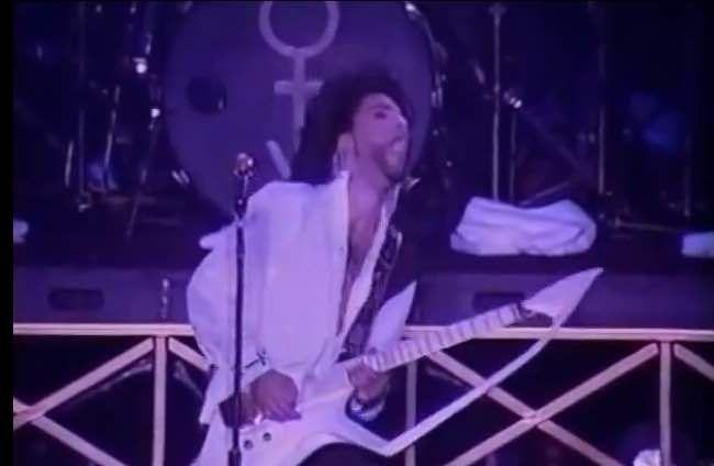 ギターを弾くプリンスの写真