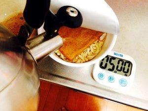 容器を汚さないカップ麺の作り方